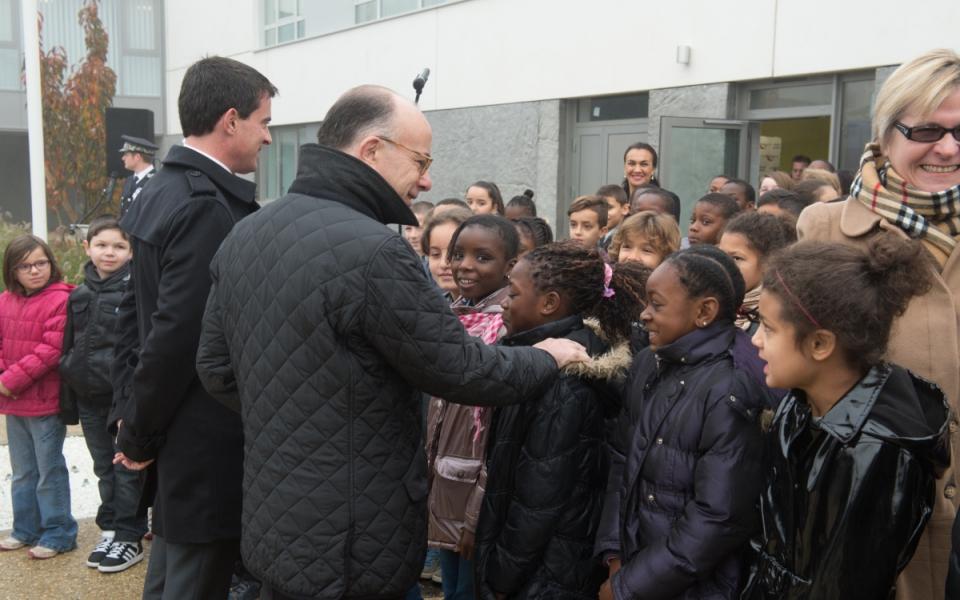 Manuels Valls et Bernard Cazeneuve rencontrent des enfants dans la cour d'honneur de l'Hôtel de police de Beauvais