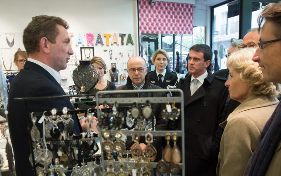 Manuel Valls et Bernard Cazeneuve rencontrent des commerçants de Beauvais