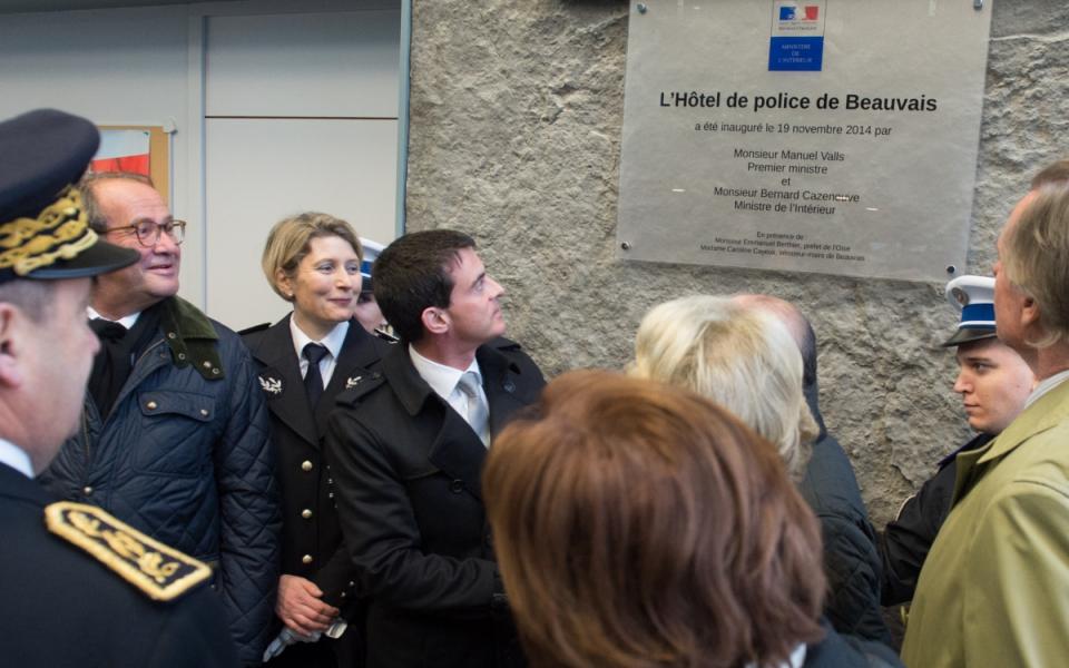 Manuel Valls dévoile la plaque inaugurale de l'Hôtel de police de Beauvais