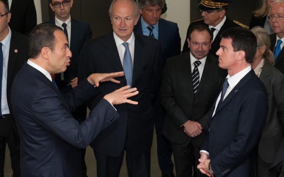 Arrivée de Manuel Valls au Centre de recherche Charles Zviak de L'Oréal