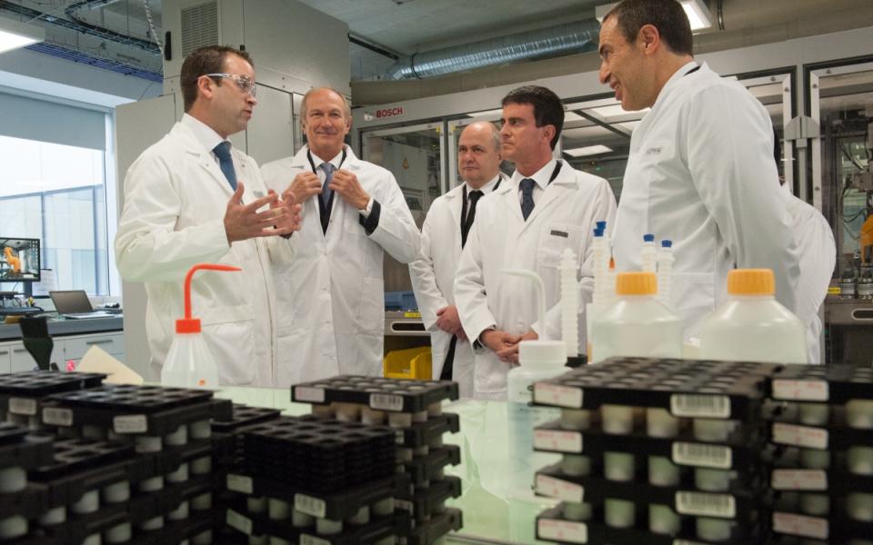 Manuel Valls visite le laboratoire du Centre de recherche Charles Zviak de L'Oréal