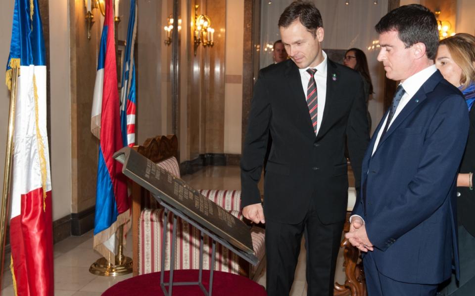 Manuel Valls devant la croix de chevalier de la Légion d'honneur remise à la ville de Belgrade avec Siniša Mali maire de Belgrade