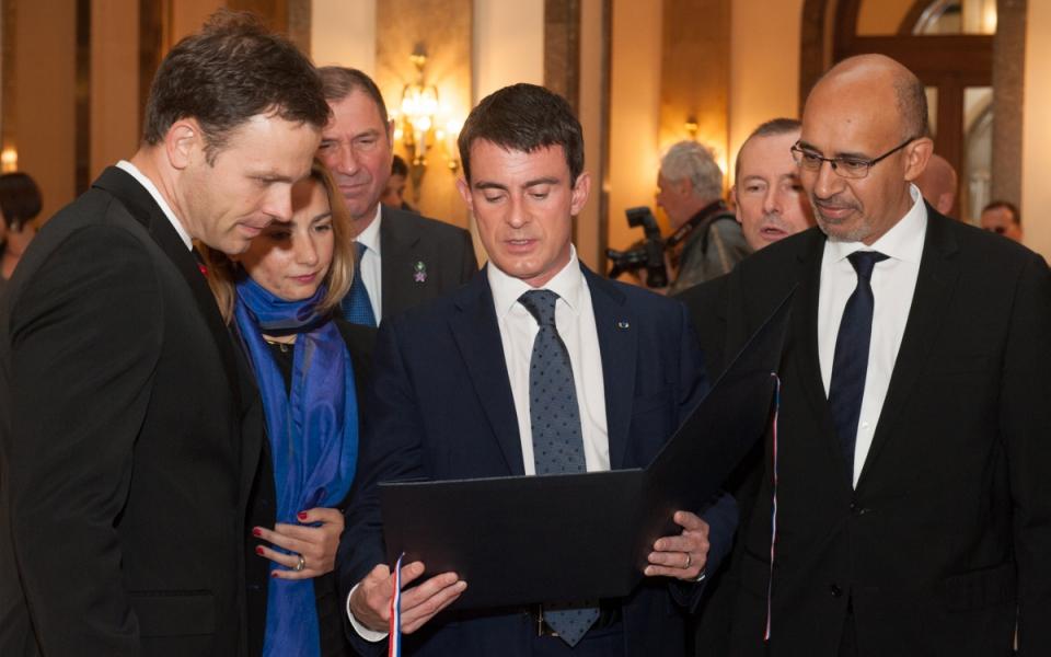 Manuel Valls entouré de Siniša Mali et Harlem Désir