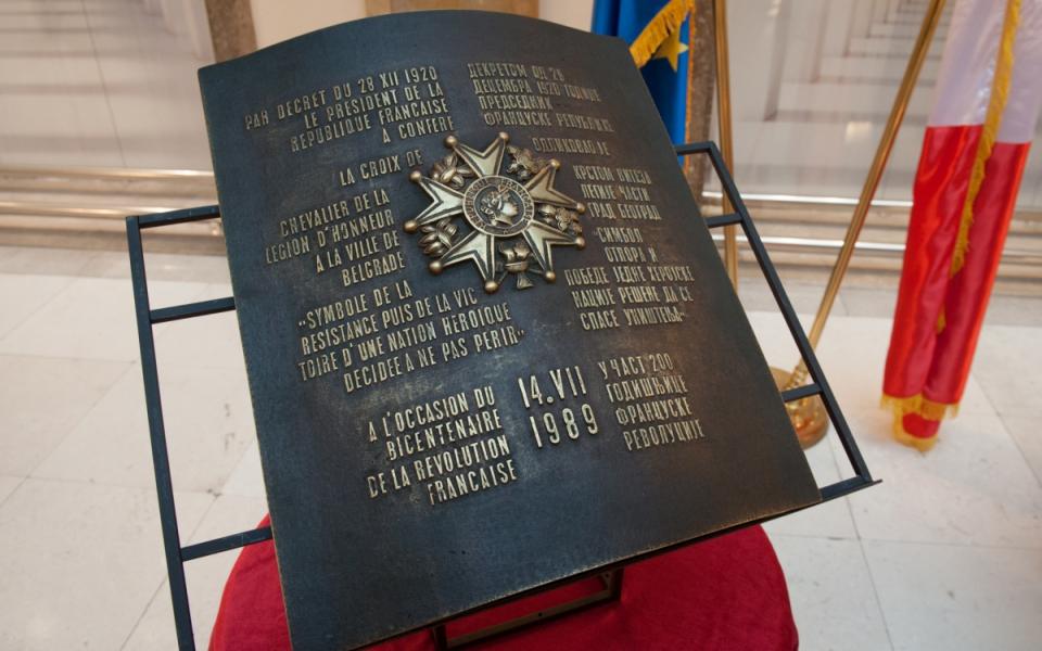 La croix de chevalier de la Légion d'honneur remise à la ville de Belgrade