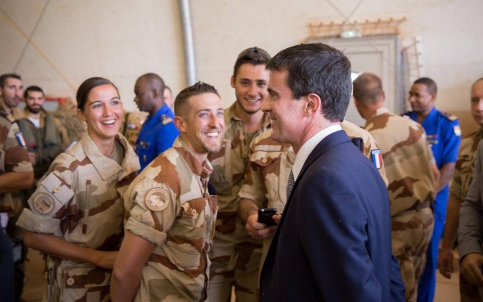 Manuel Valls au Niger avec les soldats de la force Barkhane