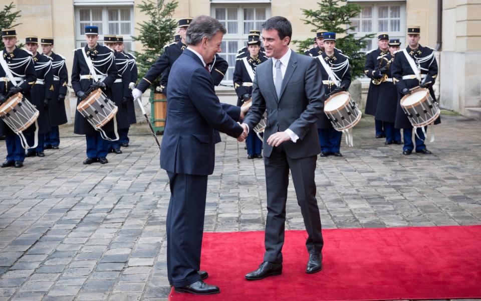 A son arrivée à Matignon, Juan Manuel Santos est accueilli par Manuel Valls