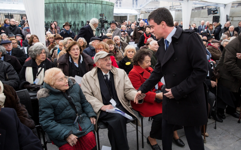 Manuel Valls lors de la cérémonie au Mémorial de la Shoah