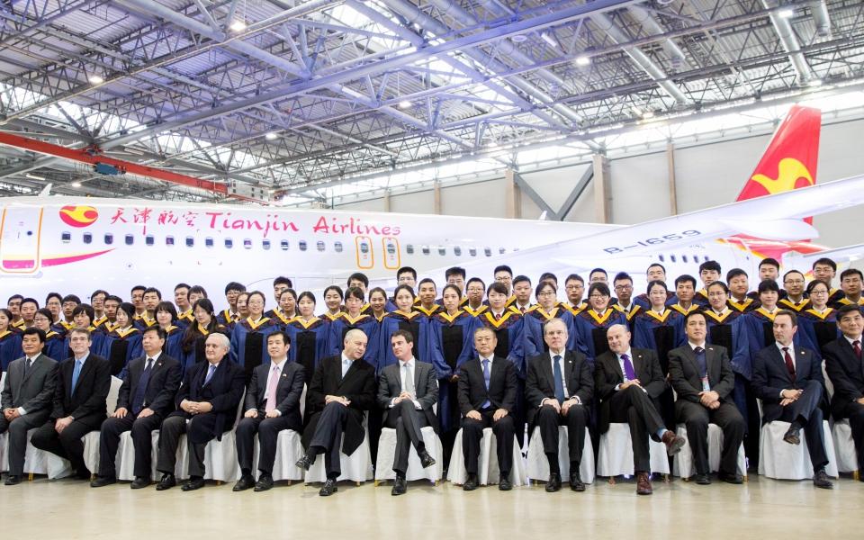 Manuel Valls a visité jeudi 29 janvier l'usine d'assemblage Airbus en présence notamment de Laurent Fabius, Jean-Marie Le Guen, Jean-Pierre Raffarin et des étudiants de l'Institut sino-européen d'ingénierie de Tianjin