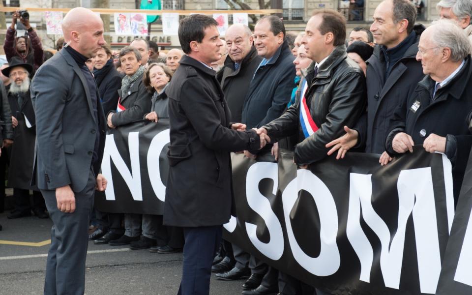 Photo de Manuel Valls saluant les élus français de tous bords politiques le 11 janvier 2015.