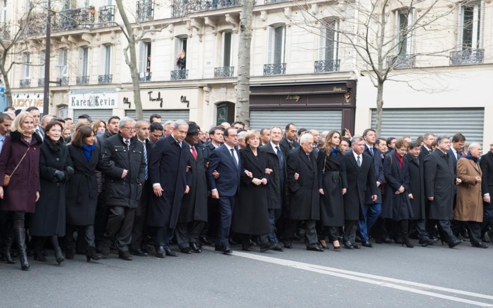 Photo de la cinquantaine de chefs d'Etat et de gouvernement se recueillant place Leon Blum à Paris, le 11 janvier 2015.