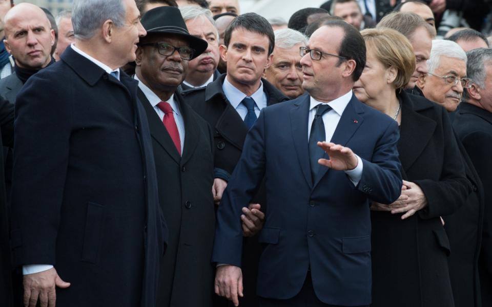 Photo avec de gauche à droite : Benjamin Netanyaho, Ibrahim Boubacar Keïta, Manuel Valls, François Hollande, Angela Merkel, Mahmoud Abbas.