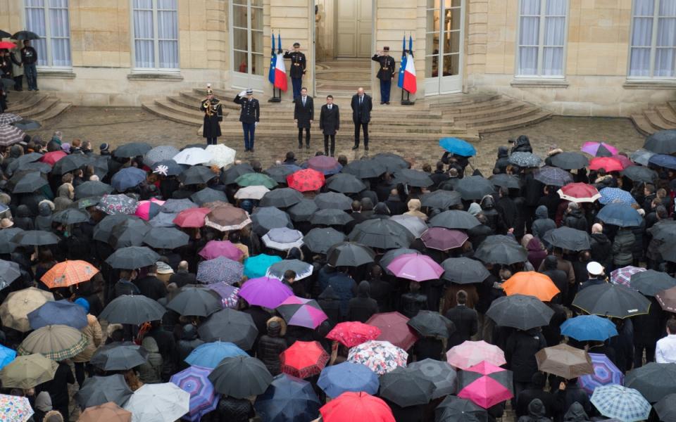 Le personnel de Matignon et le Premier ministre lors de la minute de silence à Matignon