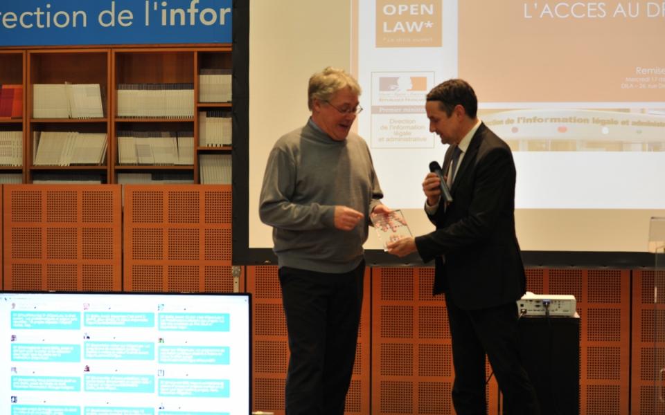 Thierry Mandon remet le 2e prix à Alexandre Delliaux pour le projet PAVlex