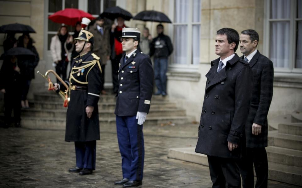 Le Premier ministre Manuel Valls lors de la minute de silence à Matignon