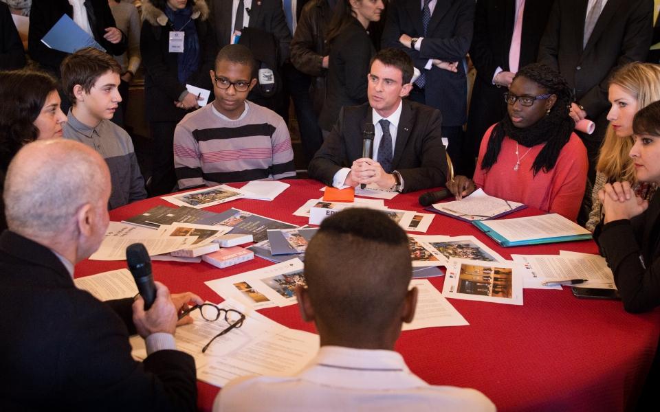 Manuel Valls échange avec des lycéens