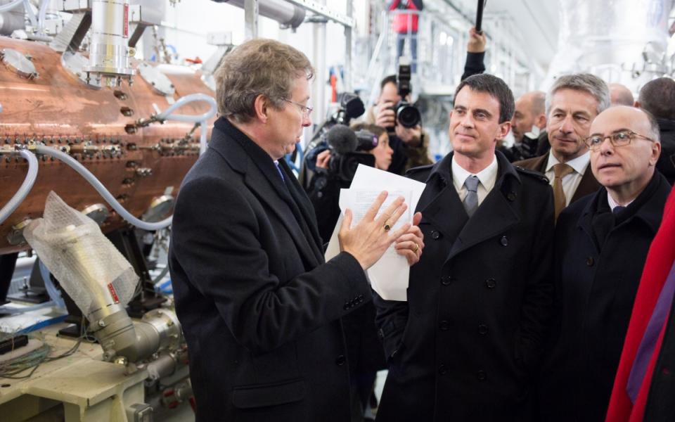 Manuel Valls et Bernard Cazeneuve sur le site du GANIL (Grand Accélérateur National d'Ions Lourds) à Caen