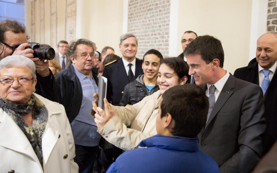 Manuel Valls se prêt au jeu des photos avec les habitants de Maromme