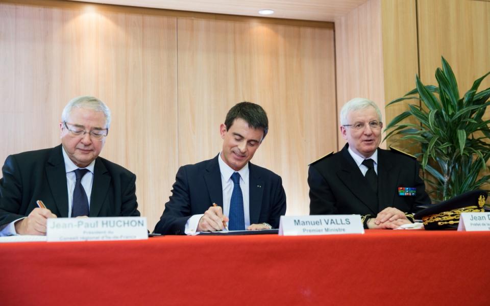 Manuel Valls et Jean-Paul Huchon lors de la signature du projet de contrat de plan Etat-région au Conseil régional d'Île-de-France