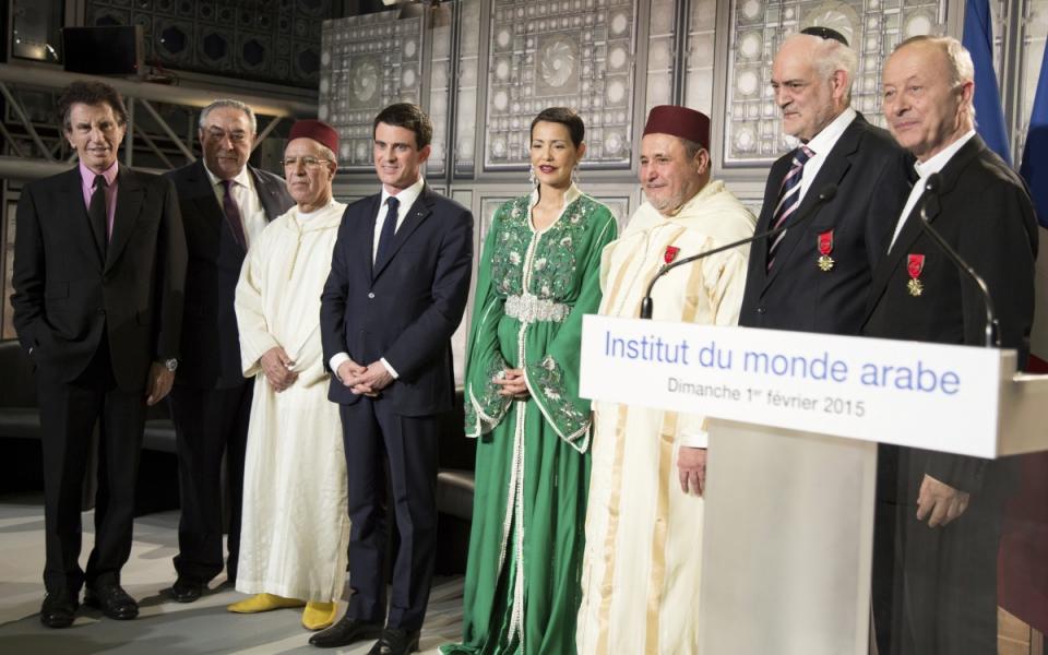 Manuel Valls avec Jack Lang, président de l'Institut du monde arabe, l'ambassadeur Serge Berdugo, le ministre Ahmed Toufiq, la princesse Lalla Meryem du Maroc, Khalil Merroun, recteur de la mosquée d'Evry, Michel Serfaty, rabbin de Ris-Orangis, et Michel Dubost, évêque d'Evry