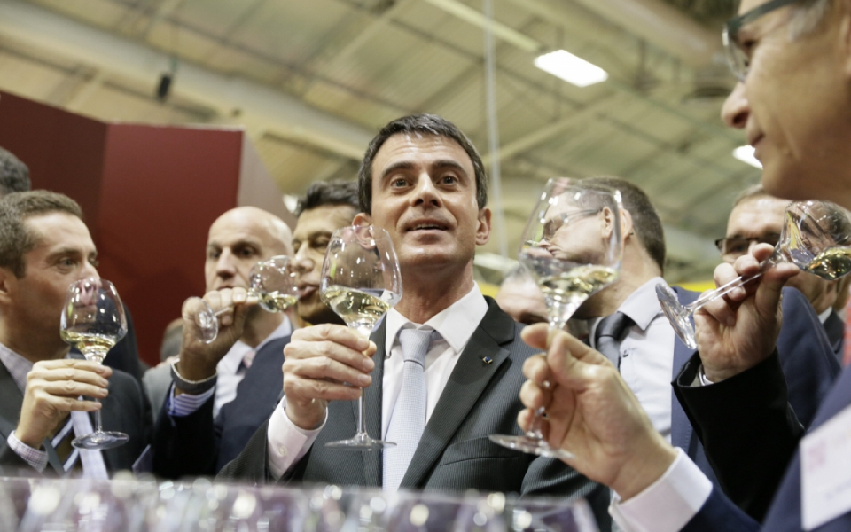 Manuel Valls dégustant du vin lors de sa visite au Salon international de l'agriculture