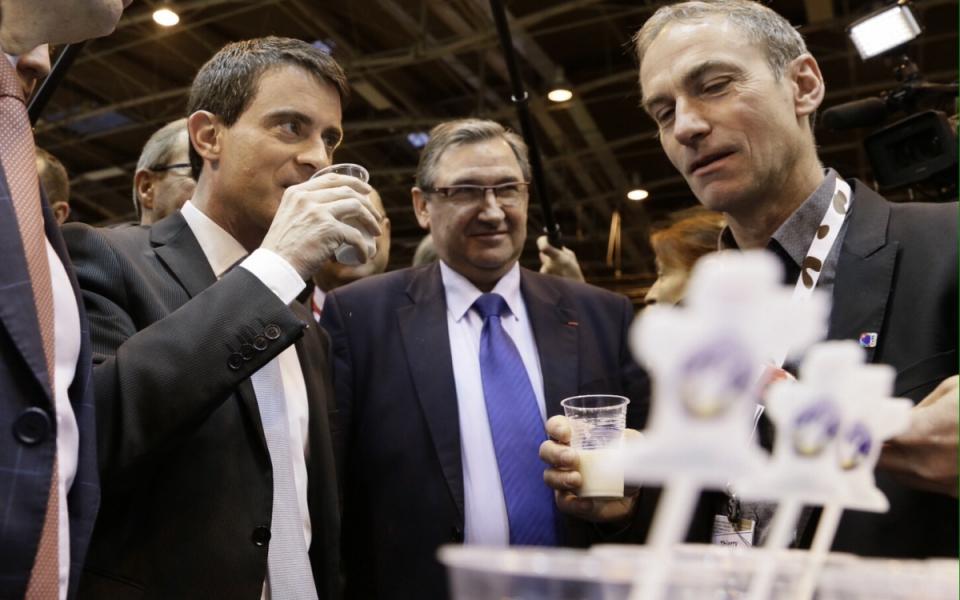 Manuel Valls goûtant du lait lors de sa visite au Salon international de l'agriculture
