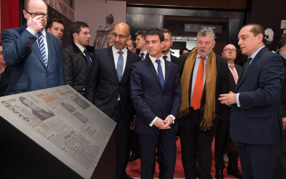 Manuel Valls et Harlem Désir visitent le Centre Européen Solidarnosc