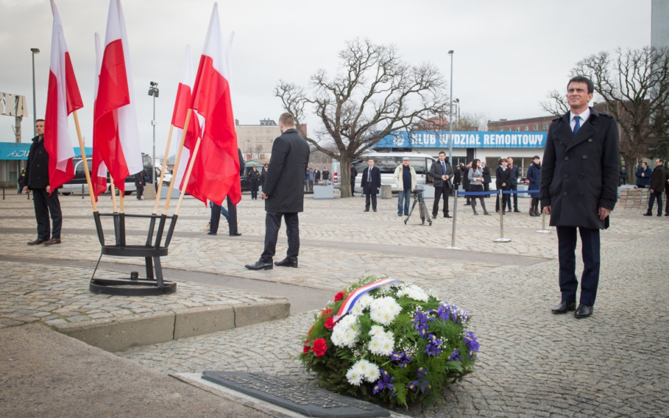 A Gdansk, Manuel Valls dépose une gerbe au monument en mémoire des ouvriers des chantiers navals