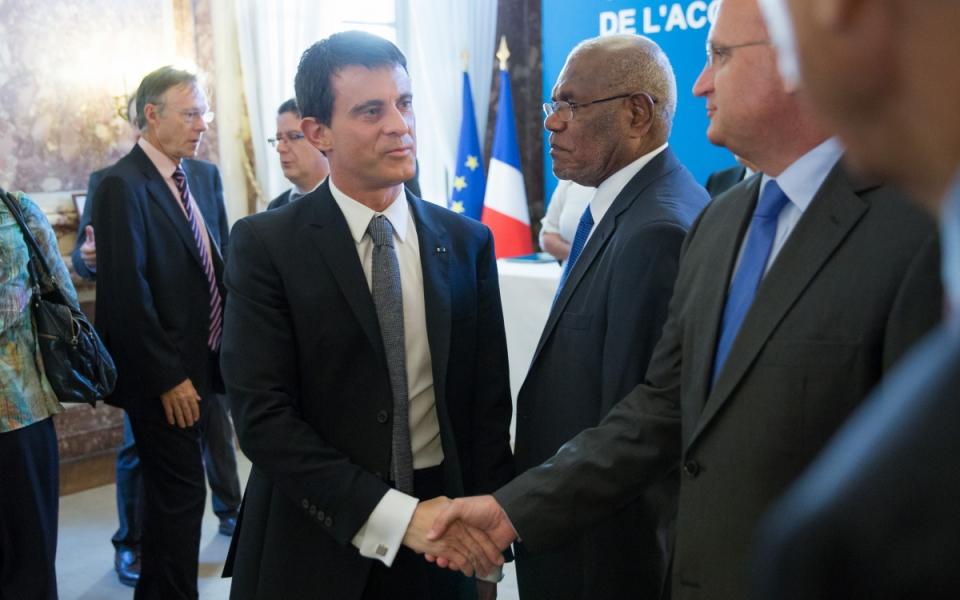 Manuel Valls salue les membres du Comité des signataires de l'Accord de Nouméa