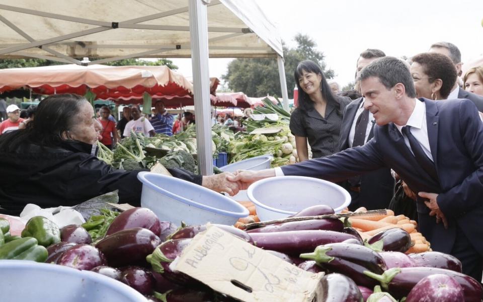 Manuel Valls à la rencontre des commerçants et clients du marché des Camélias de Saint-Denis de La Réunion
