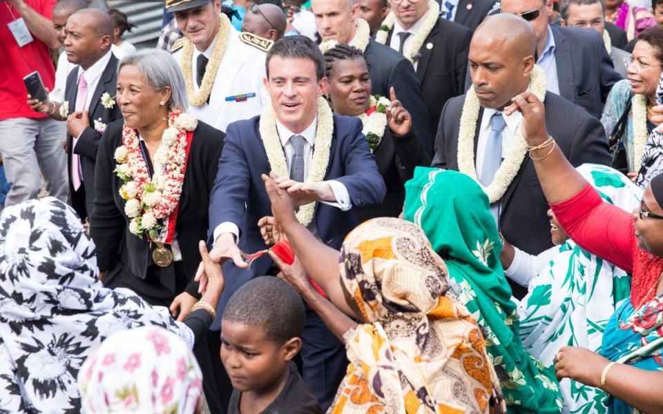 Manuel Valls déambulant dans les rues de Grande Terre