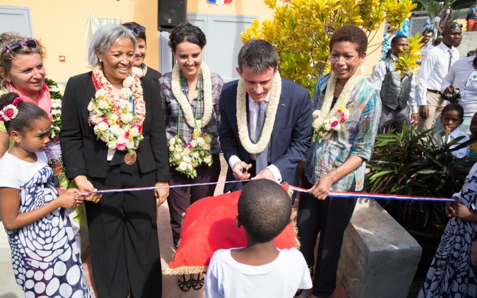 Manuel Valls inaugure le nouveau réfectoire du groupe scolaire de Poroani à Chirongui (Grande Terre)