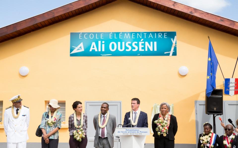 Manuel Valls prononce un discours au groupe scolaire de Poroani à Chirongui (Grance Terre)