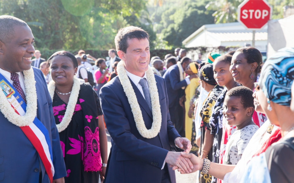 Manuel Valls déambulant dans les rues de Mayotte