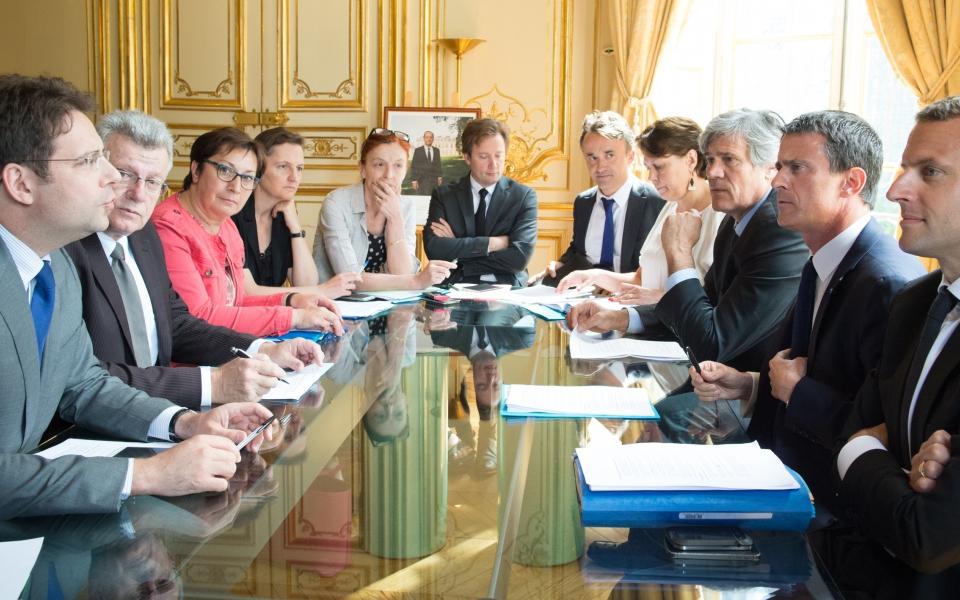 Manuel Valls entouré d'Emmanuel Macron, Stéphane Le Foll, Mathias Fekl, Christian Eckert et Martine Pinville
