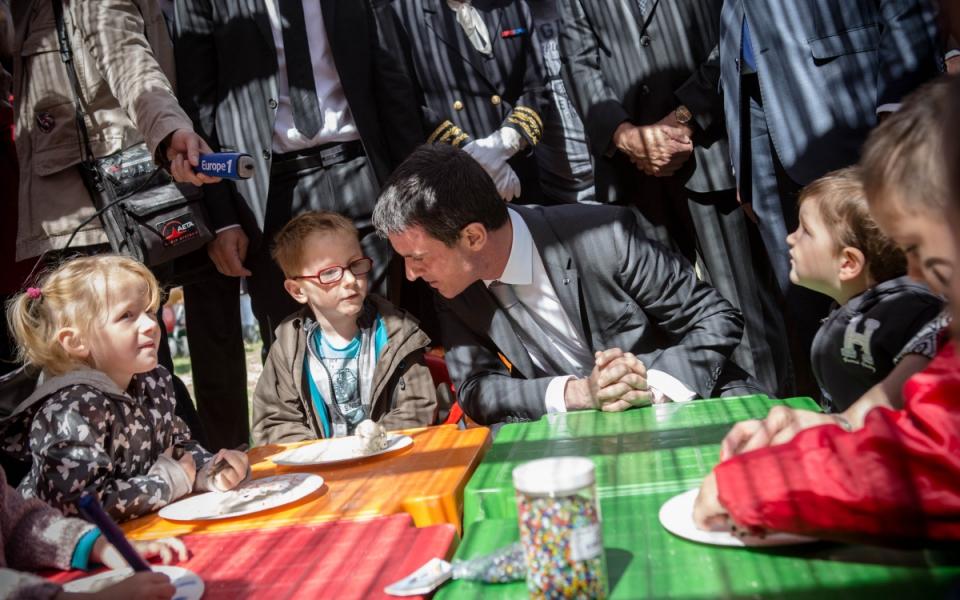 Manuel Valls rencontre des enfants à Abbeville plage