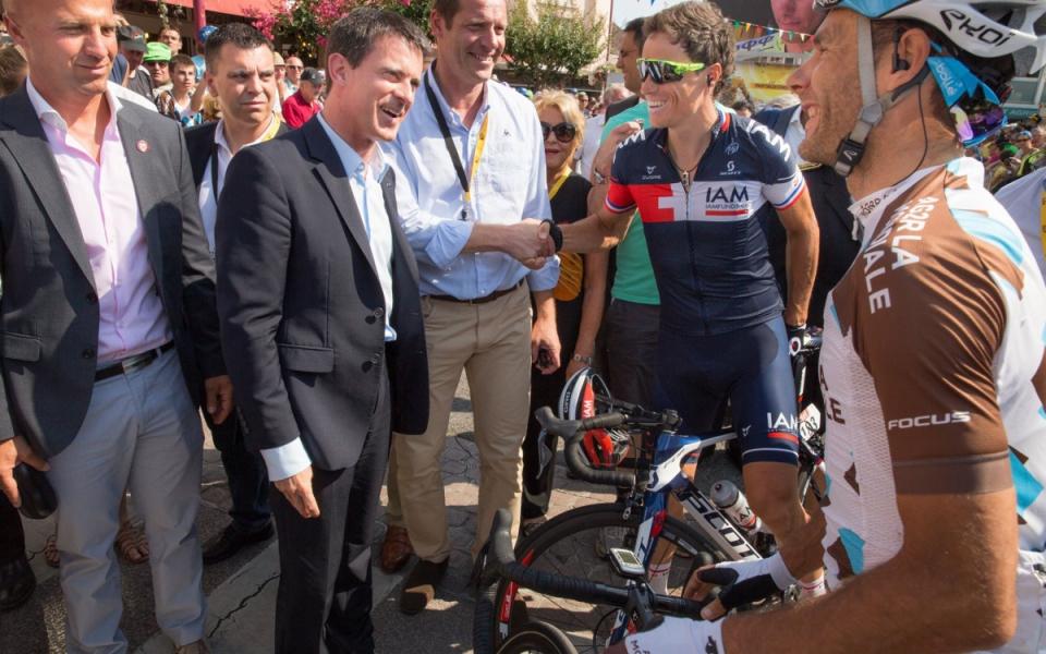 Manuel Valls rencontre les coureurs du Tour de France