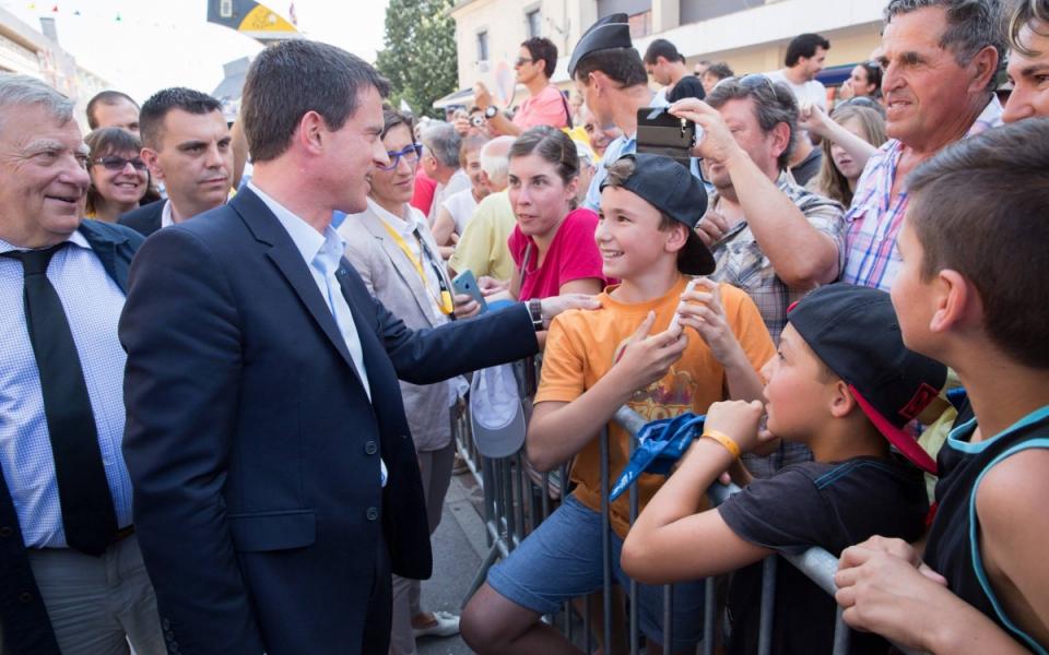 Manuel Valls et les spectateurs du Tour de France