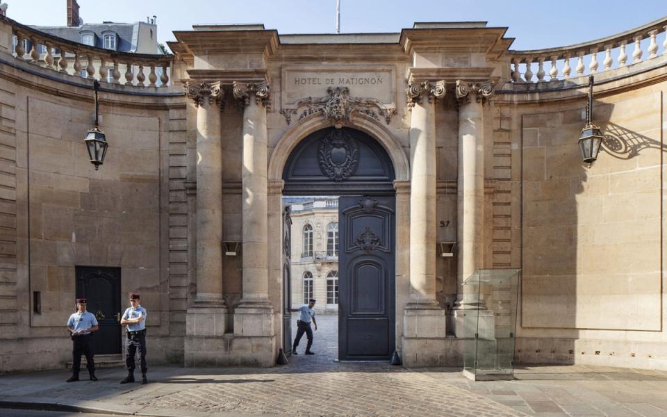 Le portail du 57 rue de Varenne ouvrant sur la cour de l'hôtel de Matignon
