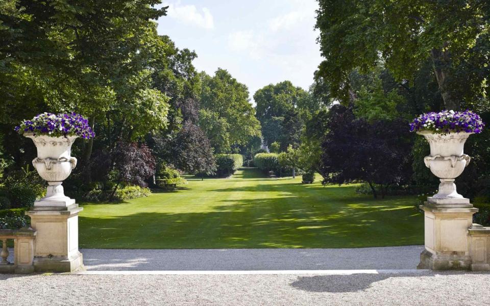 Vue du jardin depuis la terrasse de l'hôtel de Matignon
