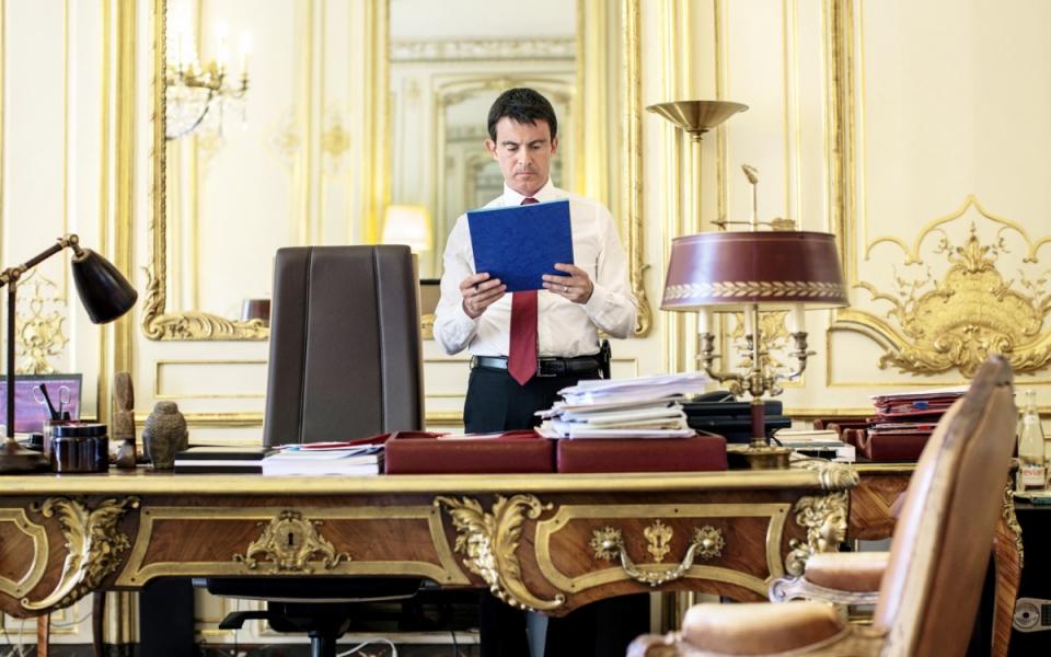 Le Premier ministre Manuel Valls dans son bureau