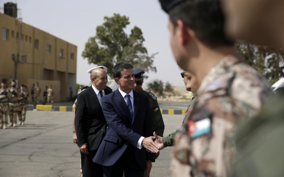 Manuel Valls et Jean-Yves Le Drian visitent une base aérienne projetée de l'armée de l'air en Jordanie