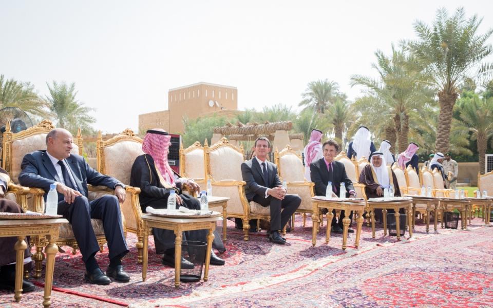 Manuel Valls visite la vieille ville rénovée de Diriyah, en présence de Mohamed bin Nayet, prince héritier et ministre de l'Intérieur et de Jack Lang