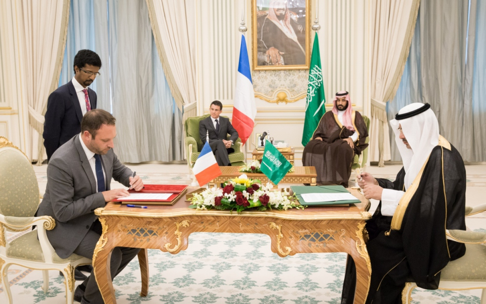 Manuel Valls avec le Roi Salman d'Arabie saoudite lors des signatures d'accords