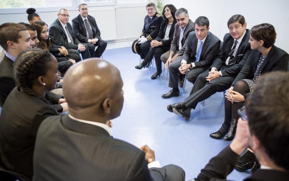 Manuel Valls rencontre des jeunes bénéficiaires d'un dispositif d'aide à l'emploi à la Mission locale des Mureaux