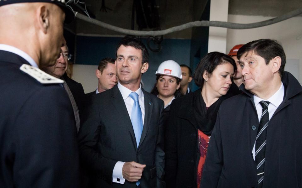 Manuel Valls visite le chantier du nouveau commissariat des Mureaux