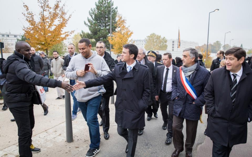 Manuel Valls arrive au quartier de le Vigne Blanche