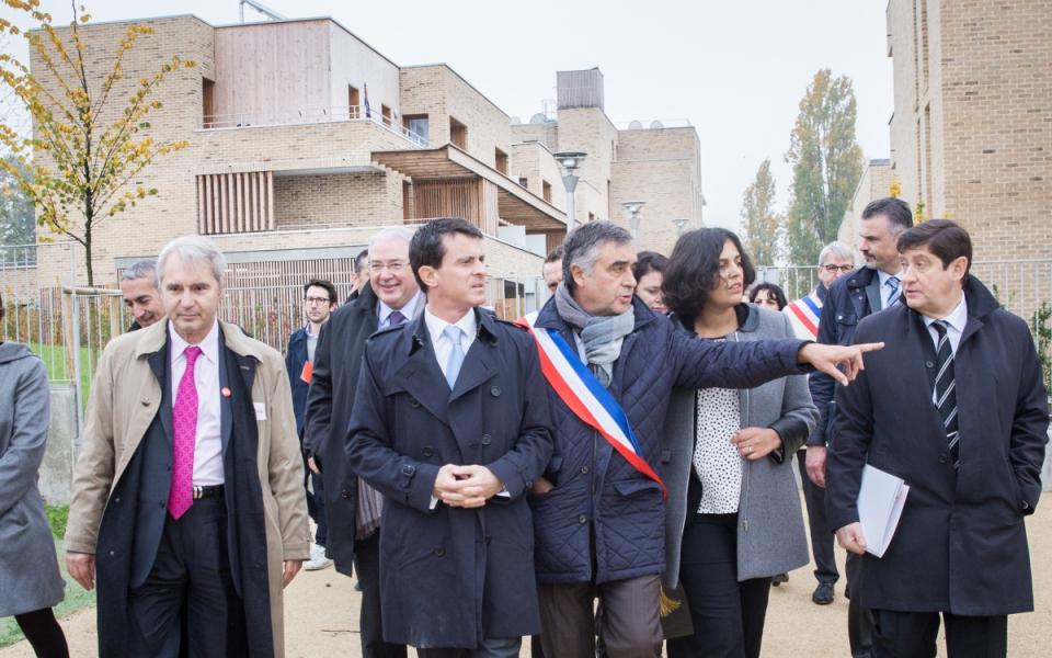 Manuel Valls visite le quartier de la Vigne Blanche