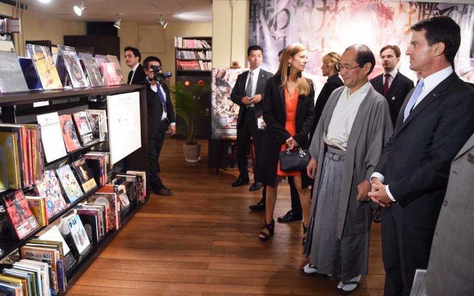Manuel Valls visite le Musée international des mangas à Kyoto