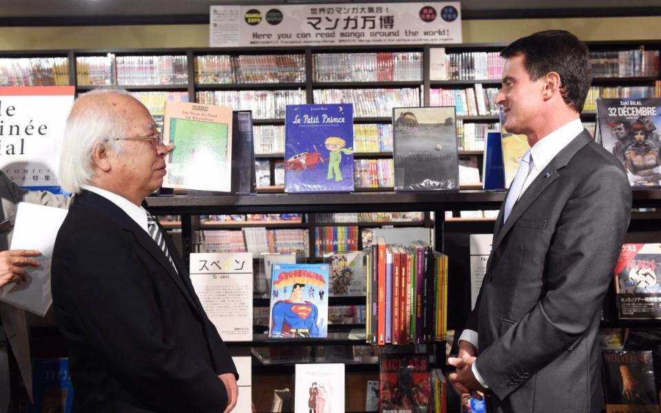 Manuel Valls visite la bibliothèque du Musée international des mangas à Kyoto
