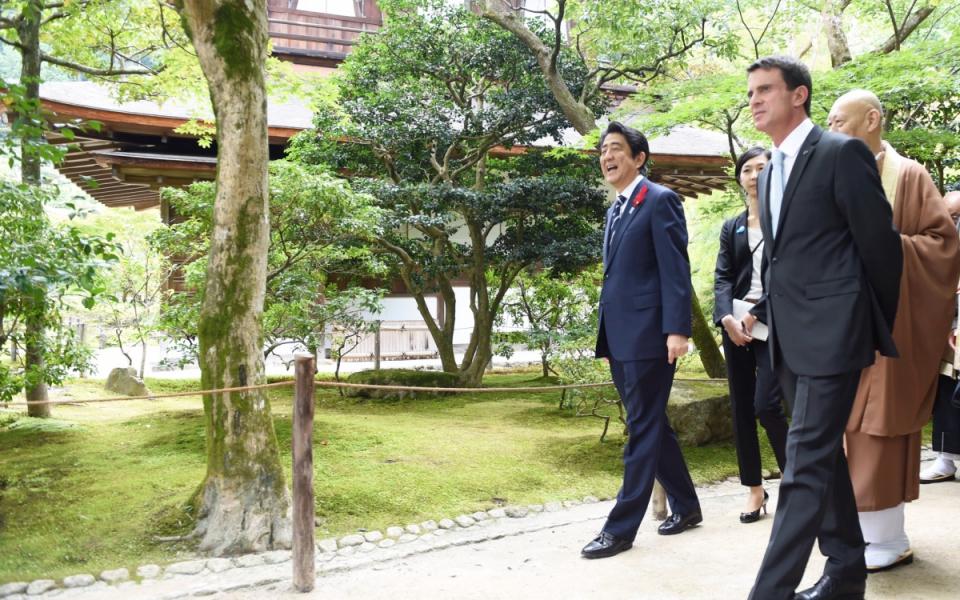 Manuel Valls et son homologue japonais dans les jardins du Pavillon d'argent